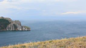 Panorama van de lijnlandschap van de meerkust stock footage
