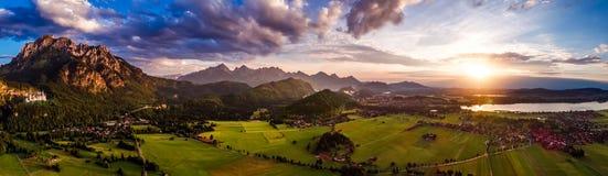 Panorama van de luchtzonsondergang Forggensee en Schwangau, Duitsland, royalty-vrije stock fotografie