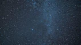Panorama van de Melkweg met meteorietregen en een blik door het heelal aan ruimte en andere melkwegen stock footage