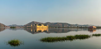 Panorama van de Mens Sagar Lake en Jal Mahal (Waterpaleis) Royalty-vrije Stock Foto's