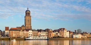 Panorama van de middeleeuwse Nederlandse stad Deventer stock afbeelding