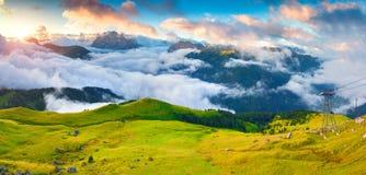 Panorama van de mistige Val di Fassa-vallei met passo Sella Royalty-vrije Stock Foto