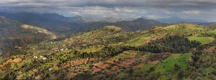 Panorama van de mooie bergvallei van middenatlas: reusachtige valleien met zachte hellingen, behandelde vegetatie, rechthoeken va Royalty-vrije Stock Fotografie