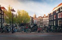 Panorama van de mooie brug van Amsterdam met fietsen, Holland Stock Foto's