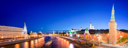 Panorama van de Moskva-rivier met Kremlin& x27; s torens bij nacht, Moskou, Rusland stock fotografie