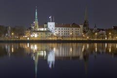 Panorama van de nacht Riga, hoofdstad van Letland De mening van de het Kasteelnacht van Riga stock afbeeldingen