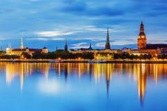 Panorama van de Nacht Riga, Letland stock foto's