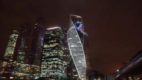 Panorama van de nachtstad Financieel district De moderne wolkenkrabbers stock videobeelden