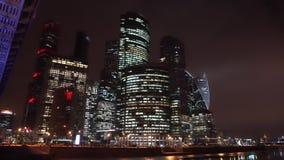 Panorama van de nachtstad Wolkenkrabbers Brug met neonverlichting stock video