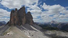 Panorama van de noordelijke kant van Tre Cime di Lavaredo van weg op Onderstel Paterno stock videobeelden