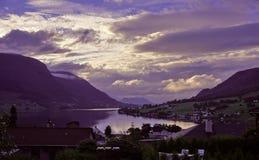 Panorama van de Noorse die fjord door landelijke huizen wordt omringd stock foto's