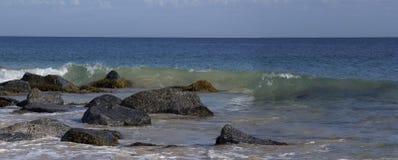 Panorama van de Oceaan die op de Rotsen bespatten stock afbeelding