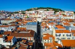 Panorama van de oranje daken van Lissabon Lissabon en Kasteel, Portuga stock foto