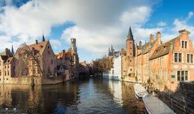 Panorama van de oude Belgische stad die van Brugge, het kanaal, zeemeeuwen en de toren van Belfort overzien Stock Foto