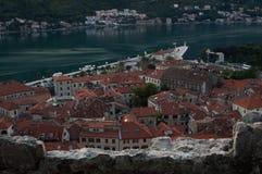 Panorama van de oude die stad van Kotor van vooruitzicht bij schemer, Montenegro wordt gezien stock foto's