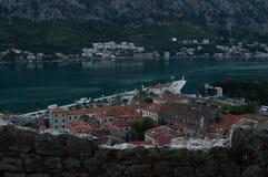 Panorama van de oude die stad van Kotor van vooruitzicht bij schemer, Montenegro wordt gezien stock fotografie