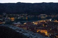 Panorama van de oude die stad van Kotor van vooruitzicht bij schemer, Montenegro wordt gezien stock afbeeldingen