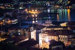 Panorama van de oude die stad van Kotor van vooruitzicht bij schemer, Montenegro wordt gezien royalty-vrije stock fotografie