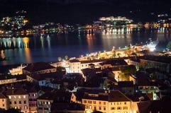 Panorama van de oude die stad van Kotor van vooruitzicht bij schemer, Montenegro wordt gezien royalty-vrije stock foto's