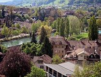 Panorama van de Oude Stad van Bern en de rivier Aare, Switz stock fotografie