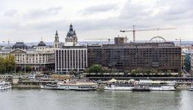 Panorama van de oude stad en de Rivier van Donau in de herfst in Boedapest, Hongarije Stock Foto