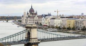 Panorama van de oude stad en de Rivier van Donau in de herfst in Boedapest, Hongarije Royalty-vrije Stock Afbeeldingen