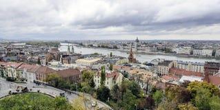Panorama van de oude stad en de Rivier van Donau in de herfst in Boedapest, Hongarije Royalty-vrije Stock Foto's