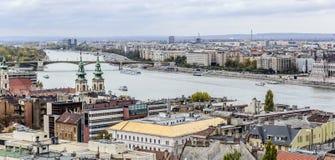 Panorama van de oude stad en de Rivier van Donau in de herfst in Boedapest, Hongarije Royalty-vrije Stock Afbeelding