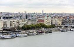 Panorama van de oude stad en de Rivier van Donau in de herfst in Boedapest, Hongarije Stock Afbeelding