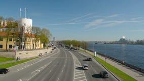 Panorama van de Oude Stad van Riga en Daugava-rivier van de brug stock footage
