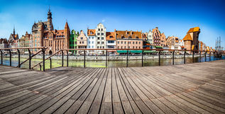 Panorama van de oude stad van Gdansk en Motlawa-rivier in Polen Mening van dijk Royalty-vrije Stock Afbeeldingen