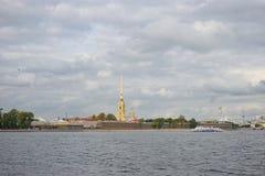 Panorama van de Peter en van Paul vesting en een plezierboot op r Stock Foto's