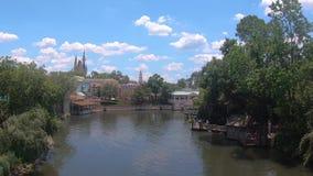 Panorama van de promenade van Cinderella Castle en Liberty Square-van Stoomboot in Magisch Koninkrijk stock footage