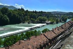 Panorama van de rivier Aare in Bern stock afbeelding