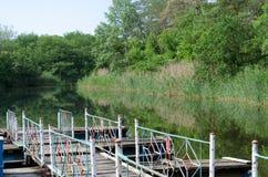 Panorama van de rivier met houten brug Royalty-vrije Stock Afbeelding