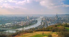 Panorama van de Rivier van Rouen en van de Zegen normandië frankrijk stock foto's