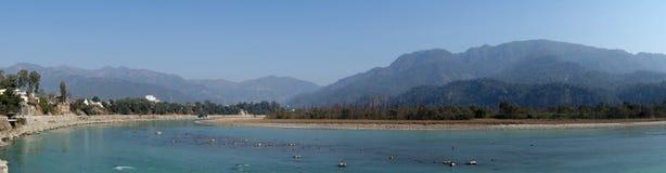 Panorama van de Rivier van Ganges met Bergen royalty-vrije stock foto