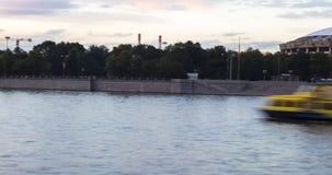 Panorama van de rivier van Moskou bij zonsondergang stock video