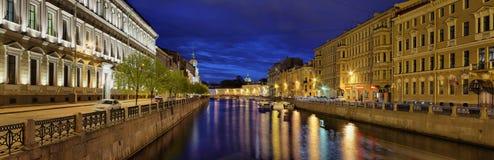 Panorama van de Rivier van nachtmoika in St. Petersburg Stock Fotografie