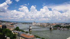 Panorama van de rivierkusten van Donau in Boedapest, Hongarije stock afbeelding