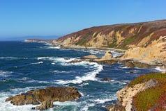 Panorama van de rotsachtige en ruwe Vreedzame kustlijn Stock Afbeelding