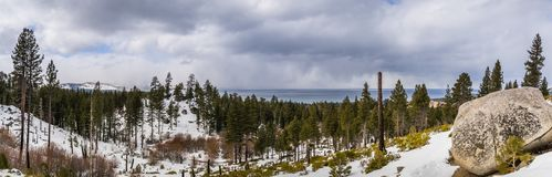 Panorama van de Siërra Bergen, Meer Tahoe op de achtergrond op een bewolkte dag; Van Sickle Bi-State Park; Californië en stock foto