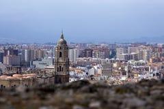 Panorama van de Spaanse stad van Malaga Kathedraal van Malaga Gebouwen tegen een bewolkte hemel stock fotografie