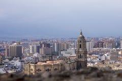 Panorama van de Spaanse stad van Malaga Kathedraal van Malaga Gebouwen tegen een bewolkte hemel royalty-vrije stock afbeeldingen