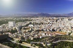 Panorama van de stad van Alicante, Spanje Blok van flatgebouwen, parken, wegen, huizen, palmen en arena tegen stock foto