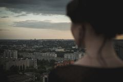 panorama van de stad bij zonsondergang stock fotografie