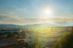 Panorama van de stad bij zonsondergang Royalty-vrije Stock Foto