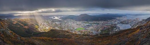 Panorama van de stad die van Bergen hierboven wordt gezien van Royalty-vrije Stock Foto's