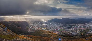 Panorama van de stad die van Bergen hierboven wordt gezien van Royalty-vrije Stock Foto