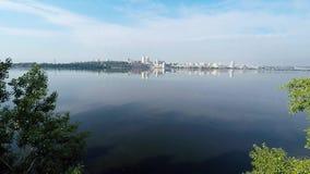 Panorama van de stad en de rivier van een hoogte stock videobeelden